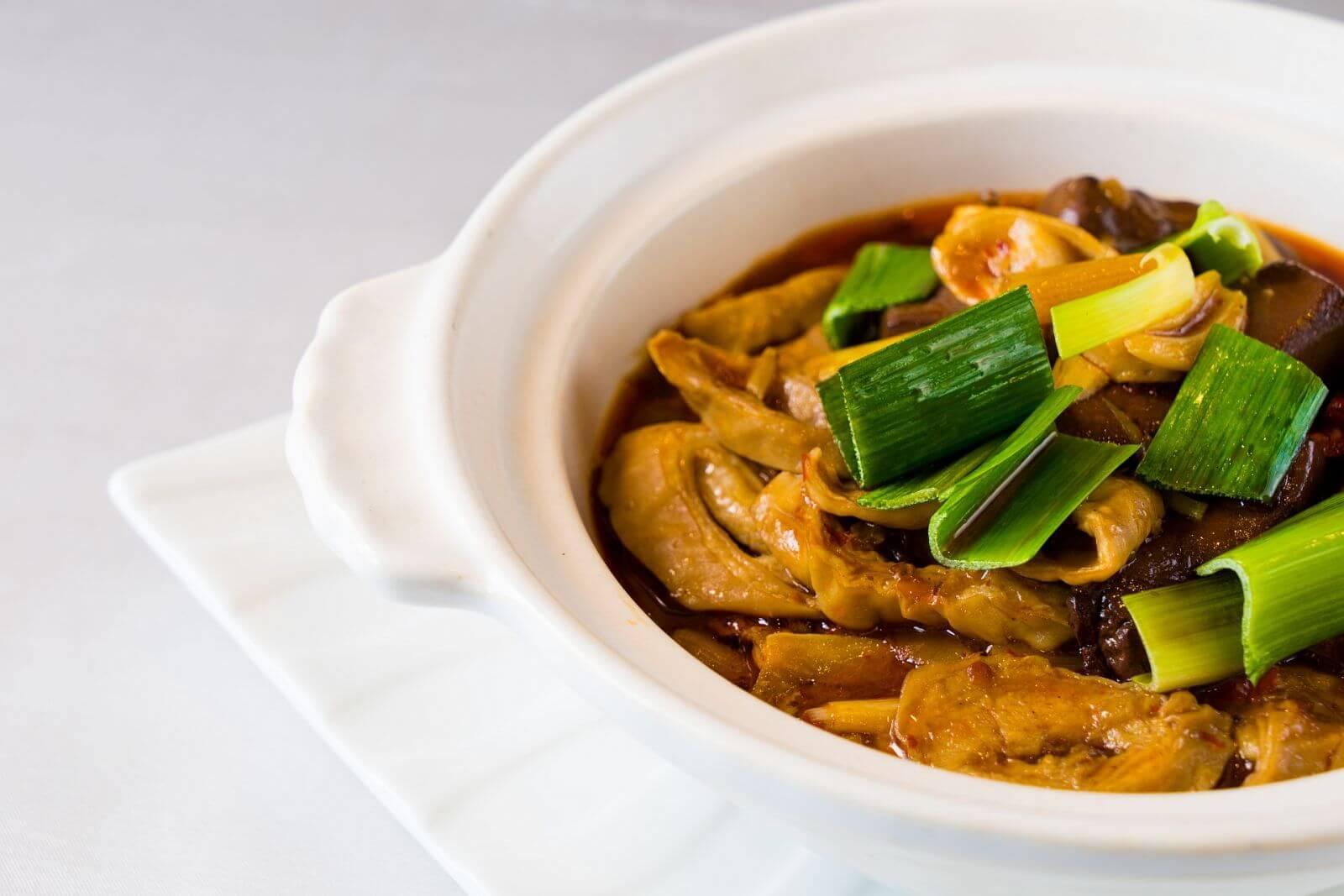 モツと鴨血豆腐のピリ辛煮込み